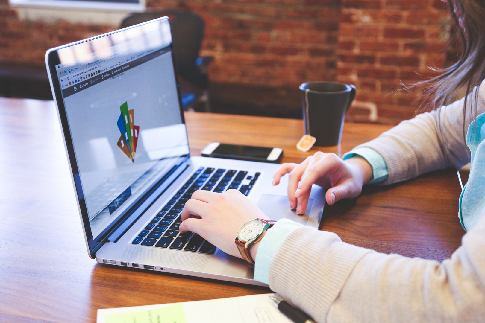 Profitez des vacances pour créer vos visuels d'agence à l'aide d'outils en ligne gratuits.