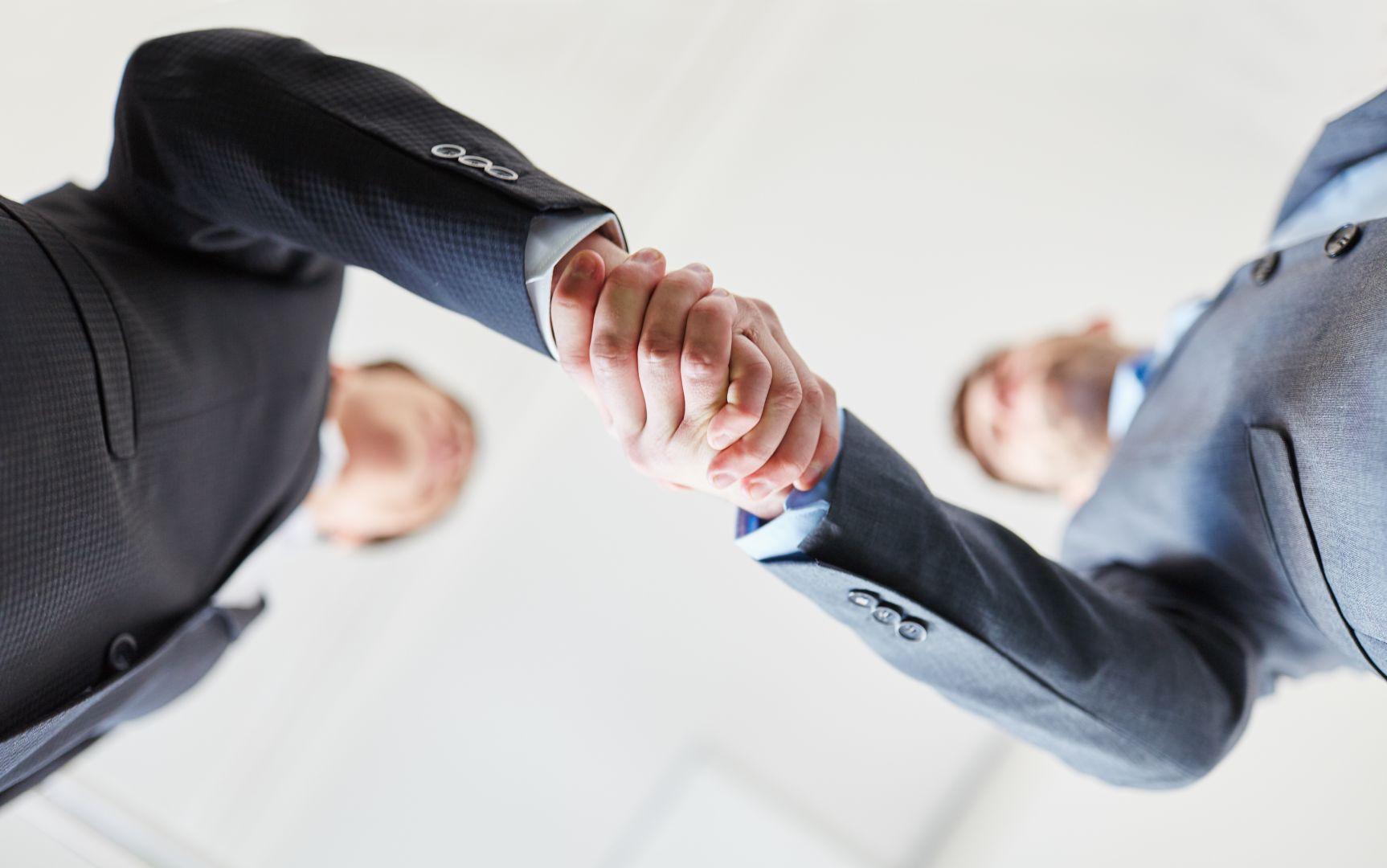 Promoteurs et agents immo, main dans la main