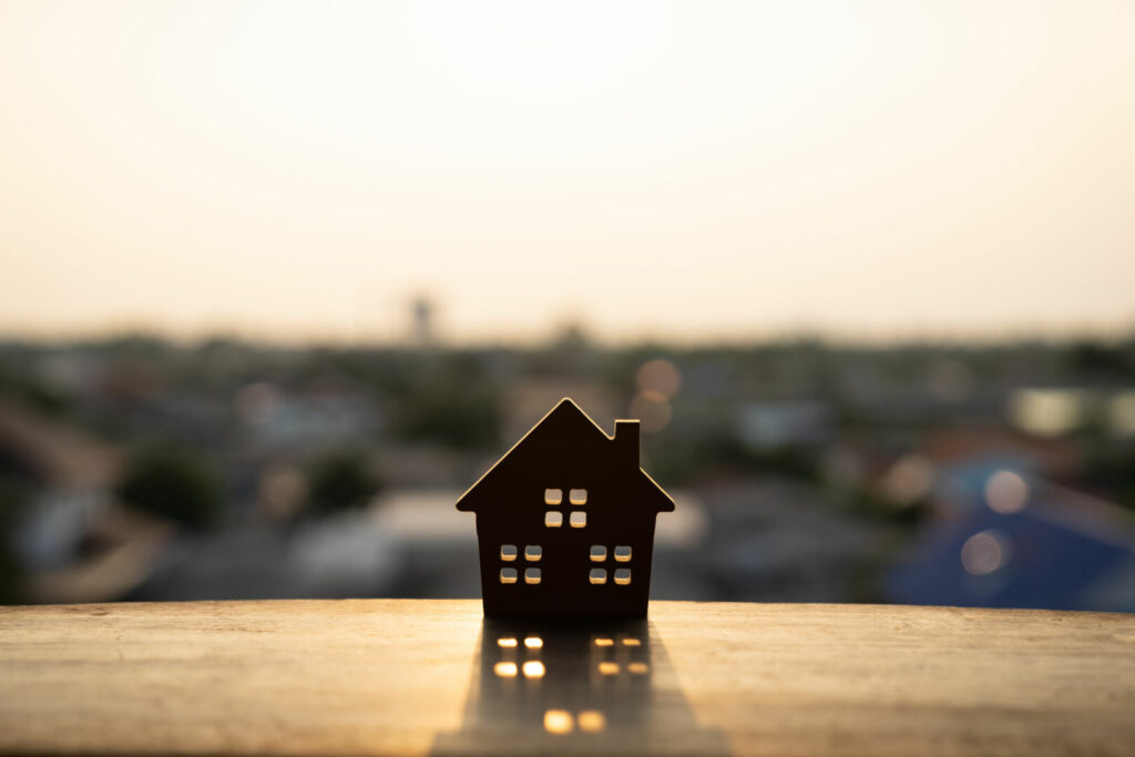 photo : House model on wood table. Real estate agent offer house, property insurance and security, affordable housing concepts