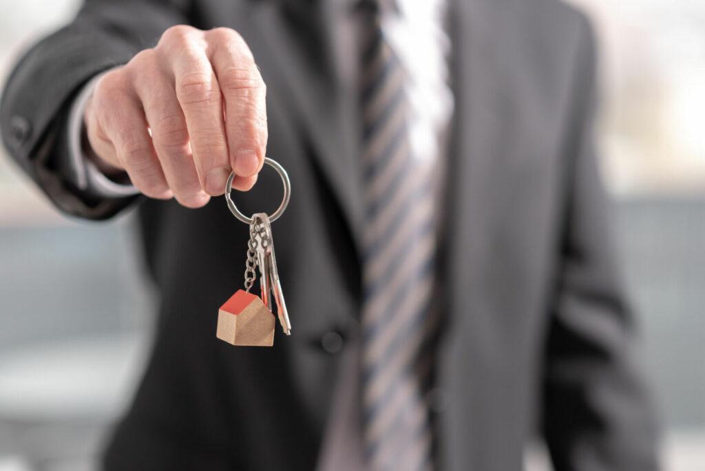 photo : Estate agent offering house keys