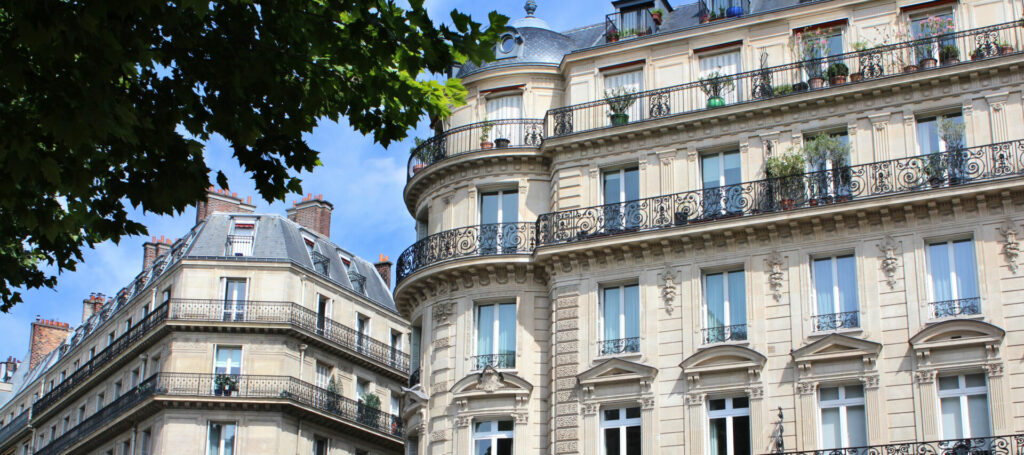 photo : Paris / Façades d'immeubles haussmanniens