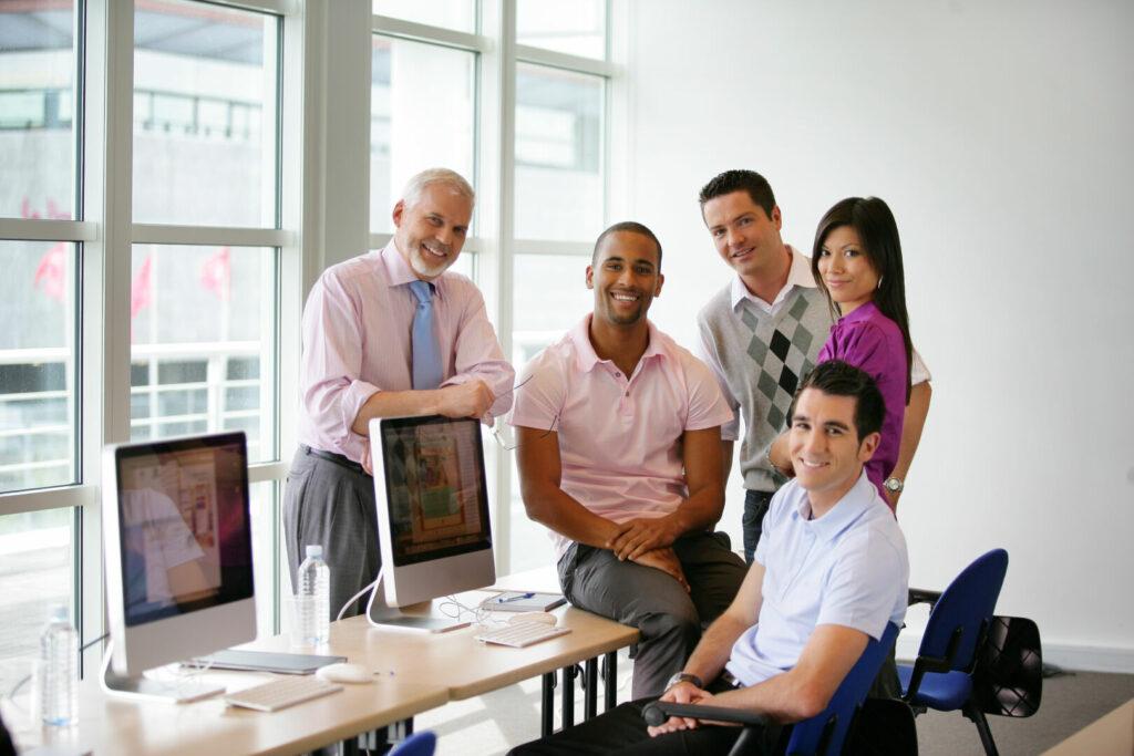 photo : Groupe de stagiaires et formateur en formation informatique