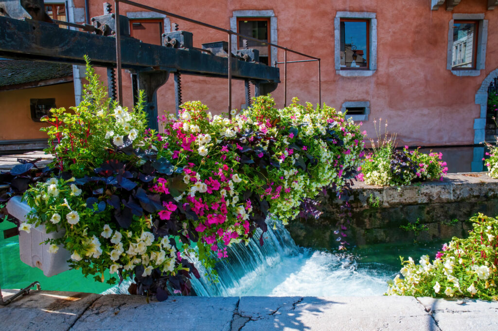 photo : Old sluice in the Thiou canal in the center of Annecy city, France