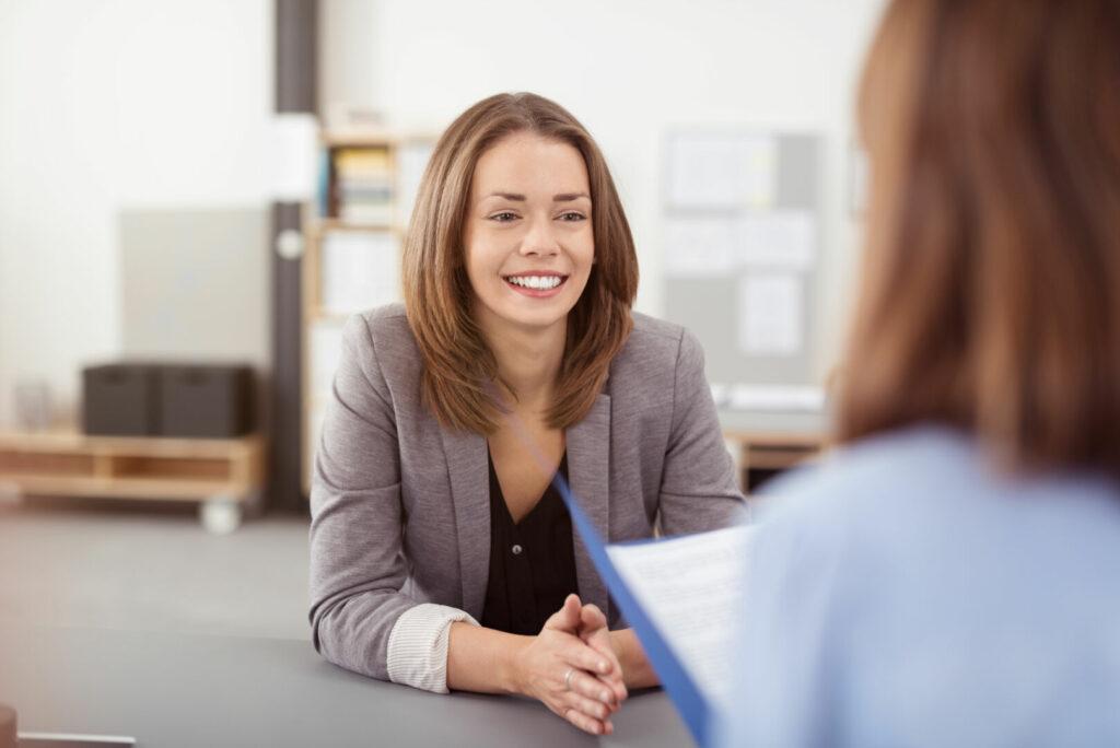 photo : junge frau in einem bewerbungsgespräch
