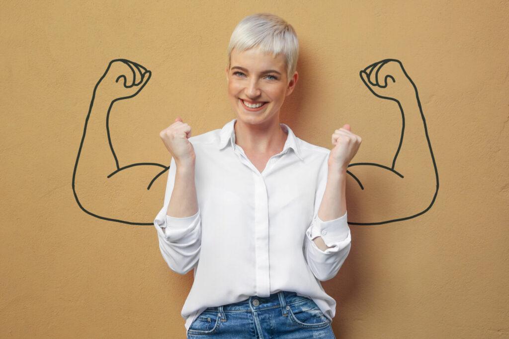 photo : Blond Frau an der Wand / Muskeln / Kraft / Power