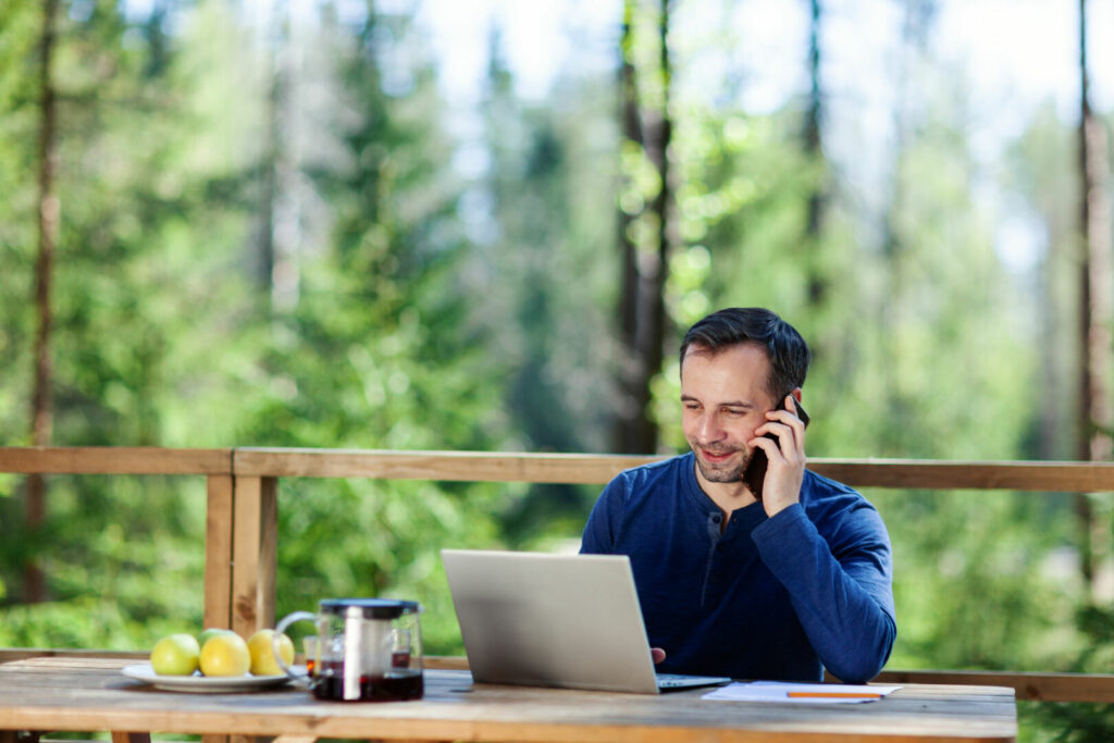 photo : Man working remotely in countryside